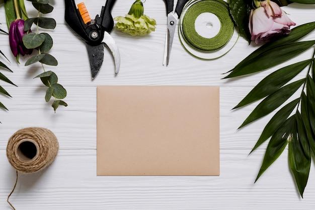 Diferentes equipos y papel en la mesa de floristería