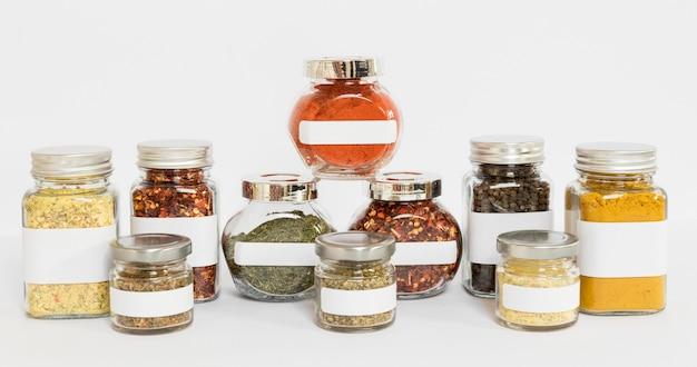 Diferentes especias en arreglo de frascos.