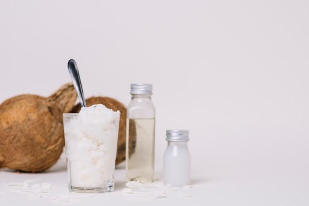 Diferentes formas de aceite de coco con espacio de copia