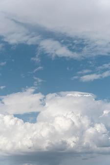 Diferentes formas de nubes en el cielo diurno.