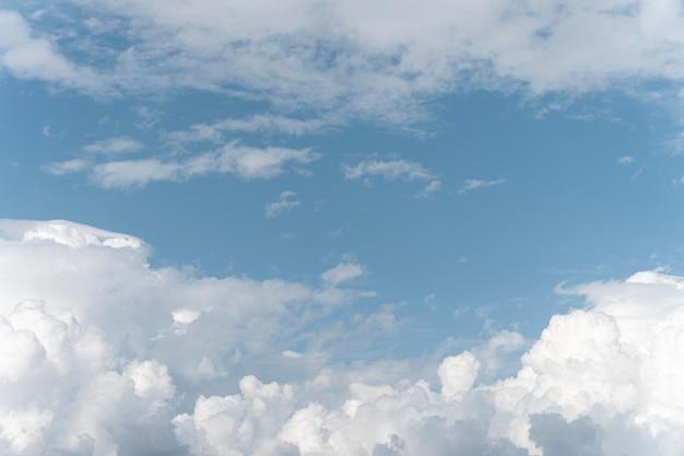 Diferentes formas de nubes en el cielo.