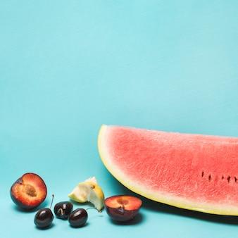 Diferentes frutas frescas y maduras.