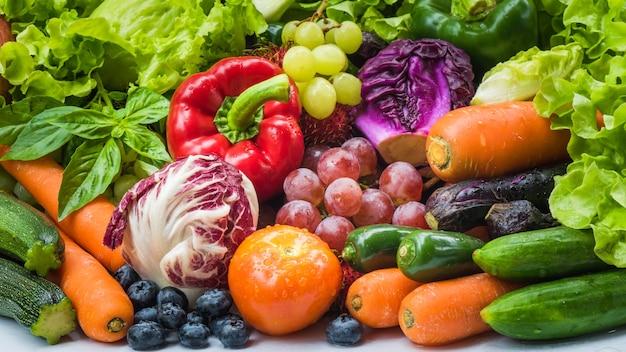 Diferentes frutas y hortalizas frescas para comer sano, varias verduras frescas orgánicas después de lavado