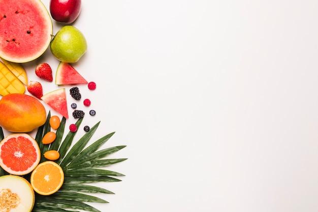 Diferentes frutas jugosas dispuestas.