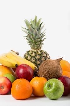 Diferentes frutas maduras jugosas enteras aislado en un piso blanco