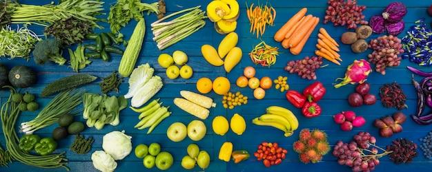 Diferentes frutas y verduras orgánicas para comer saludablemente