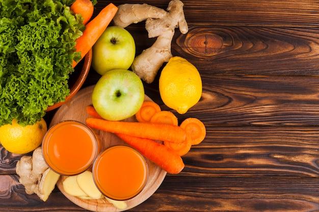 Diferentes frutas y verduras en superficie de madera.