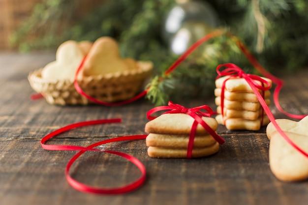 Diferentes galletas en la mesa.