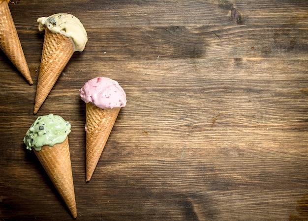 Diferentes helados de frutas en gofres.