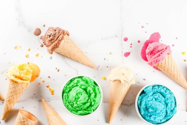 Diferentes helados de fusión casera en tazones y conos de helado de gofres