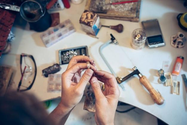 Diferentes herramientas de orfebrería en el lugar de trabajo de joyería. joyero en el trabajo en joyería.