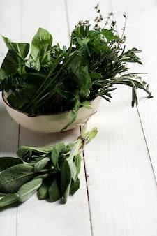 Diferentes hierbas en un tazón