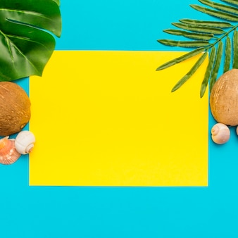 Diferentes hojas tropicales sobre un fondo azul y amarillo