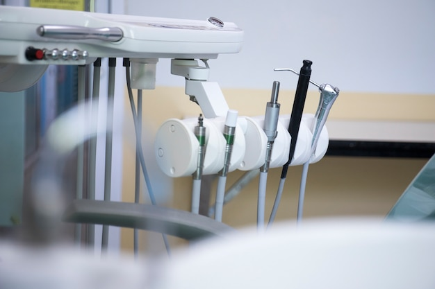 Diferentes instrumentos dentales y herramientas en una oficina de dentistas.