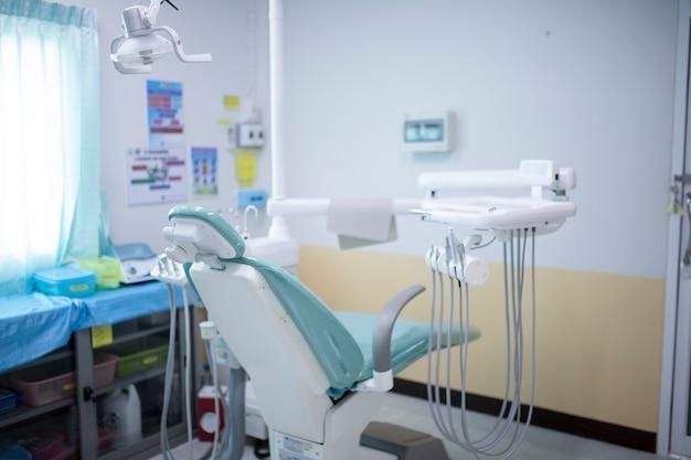Diferentes instrumentos y herramientas dentales en el consultorio de un dentista.