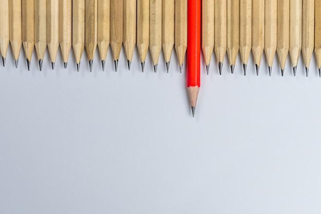 Diferentes lápices destacan el concepto de liderazgo.
