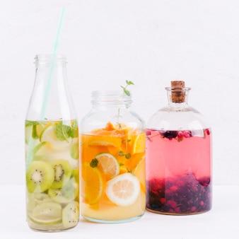 Diferentes limonadas en botellas.