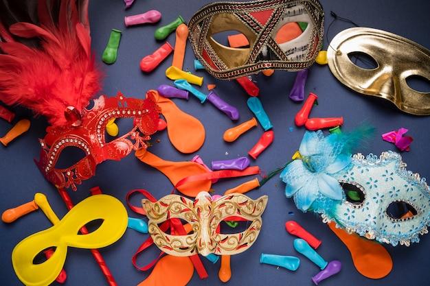 Diferentes máscaras de carnaval sobre fondo azul.