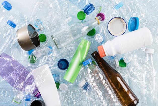 Diferentes materiales de basura para reciclaje.