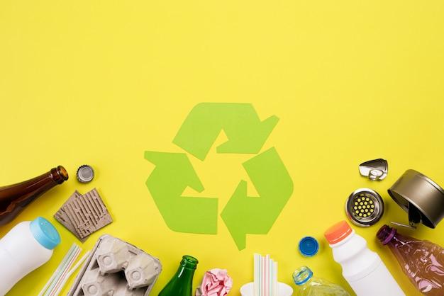 Diferentes materiales de basura con símbolo de reciclaje. reciclar, concepto de medio ambiente