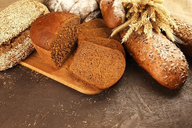 Diferentes panes con orejas en mesa de madera