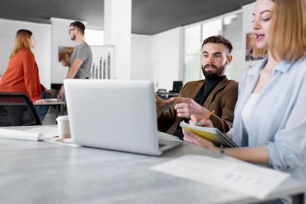 Diferentes personas intercambiando ideas en una reunión de trabajo.