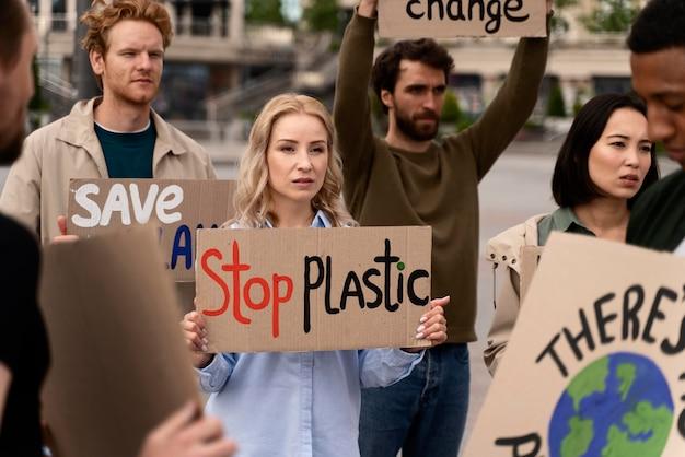 Diferentes personas marchando en protesta contra la guerra global.