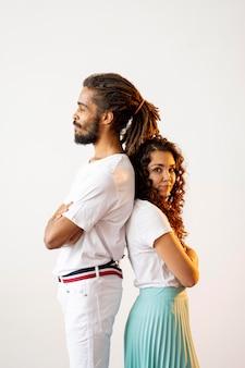 Diferentes personas raciales posando espalda con espalda