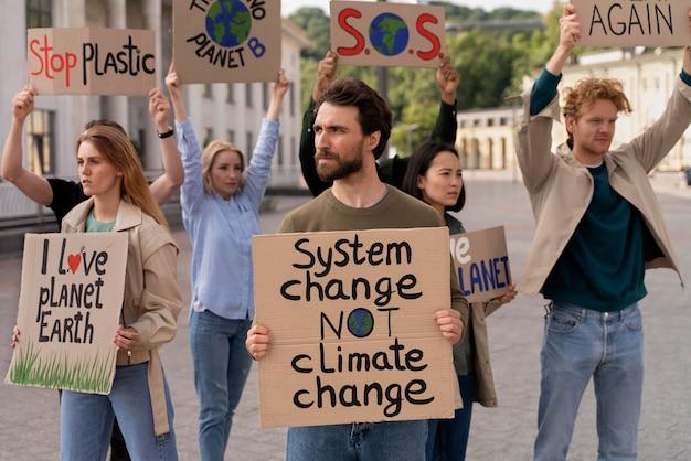 Diferentes personas uniéndose a una protesta por el calentamiento global.