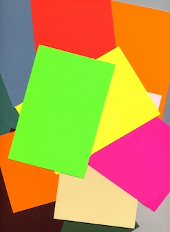 Diferentes pesos y colores de papel de imprenta