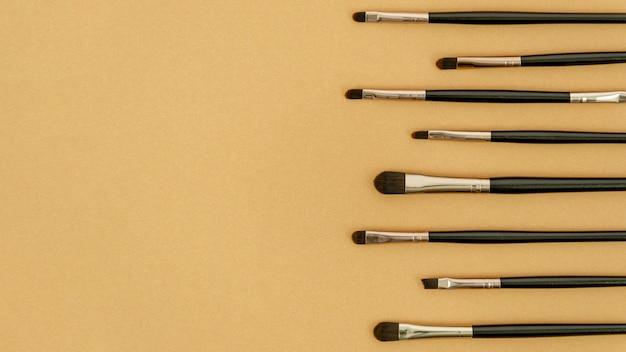 Diferentes pinceles de maquillaje con espacio de copia