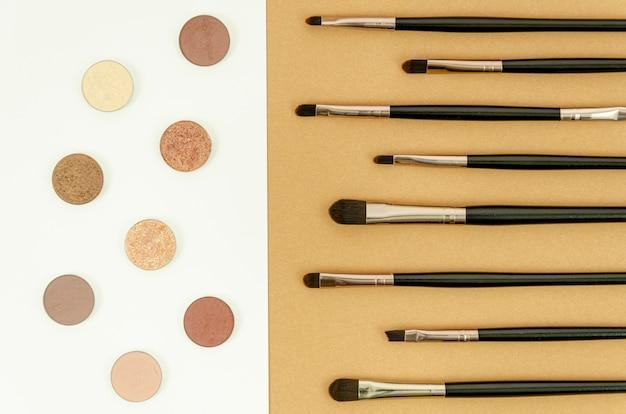 Diferentes pinceles negros para maquillaje