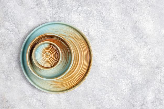 Diferentes platos y cuencos vacíos de cerámica.