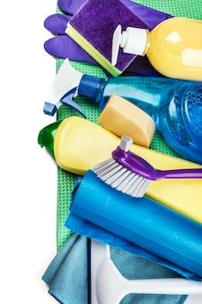 Diferentes productos y artículos de limpieza aislados en blanco