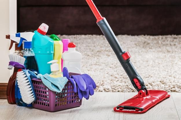 Diferentes productos y artículos para la limpieza del piso.