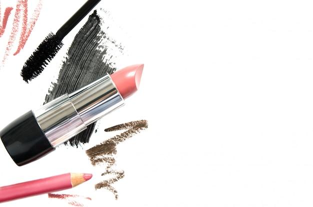 Diferentes productos de maquillaje, vista superior. el concepto de industria de la moda y la belleza. copia espacio