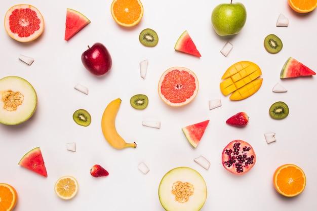 Diferentes rebanadas abstractas de frutas tropicales.