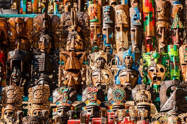 Diferentes recuerdos de madera en el mercado mexicano local.
