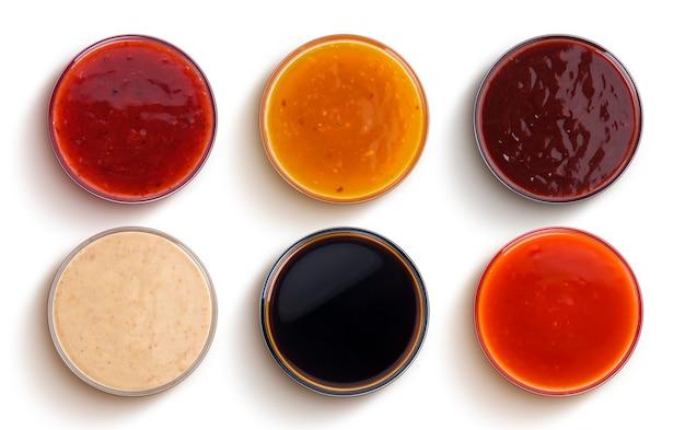 Diferentes salsas aisladas sobre fondo blanco, vista superior
