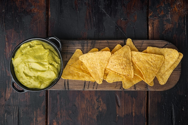 Diferentes salsas y salsas para nachos, en mesa de madera vieja, vista superior o endecha plana