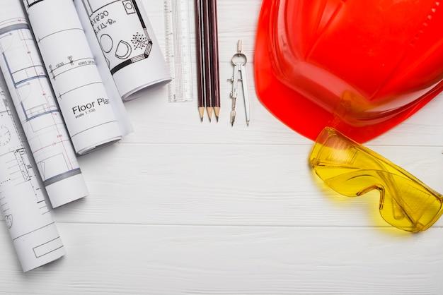 Diferentes suministros en la mesa de madera