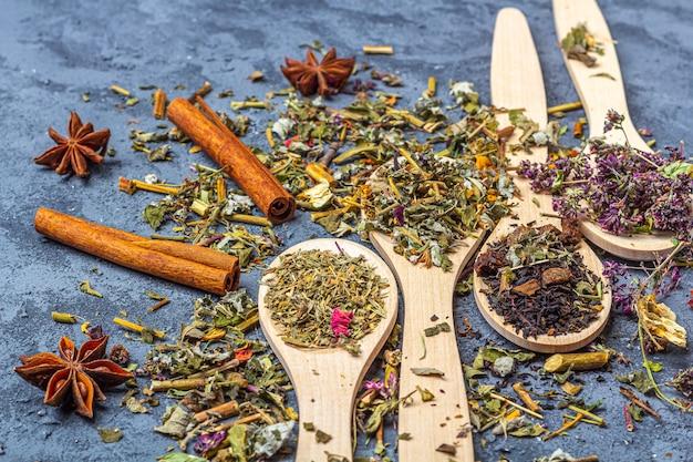 Diferentes tés secos en línea de cucharas de madera