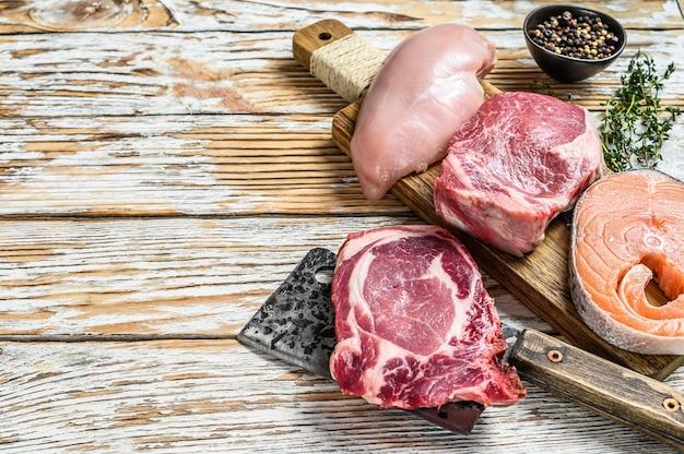 Diferentes tipos de arreglo de filetes de carne cruda.