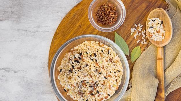 Diferentes tipos de arroz en cuencos sobre mesa de luz.
