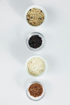 Diferentes tipos de arroz en cuencos sobre mesa.
