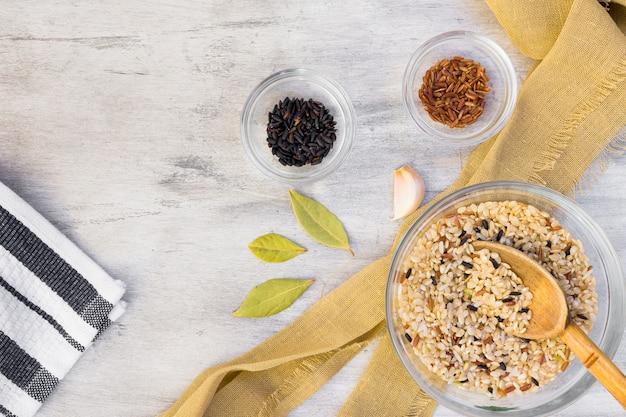 Diferentes tipos de arroz en cuencos de vidrio en mesa de luz