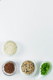 Diferentes tipos de arroz con judías verdes en cuencos.