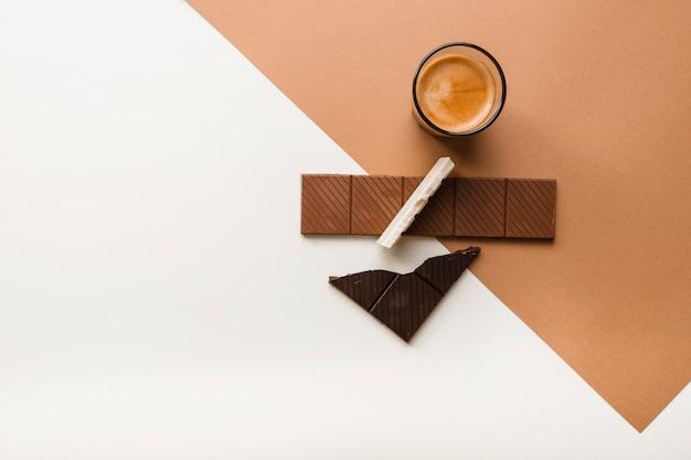 Diferentes tipos de barras con vaso de café sobre fondo dual
