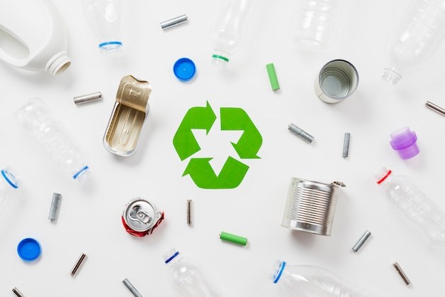 Diferentes tipos de basura aptos para reciclaje.