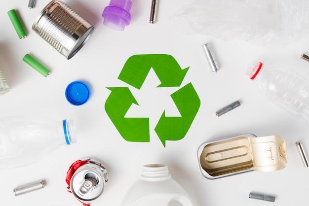 Diferentes tipos de basura aptos para el reciclaje.